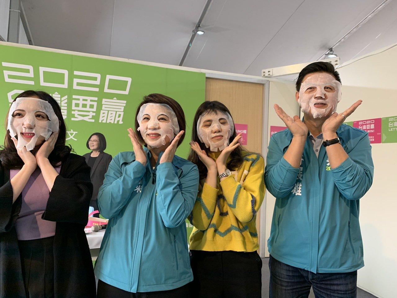 民進黨推出的文宣小物頗實用,其中青春面膜最受歡迎。記者翁禎霞/攝影