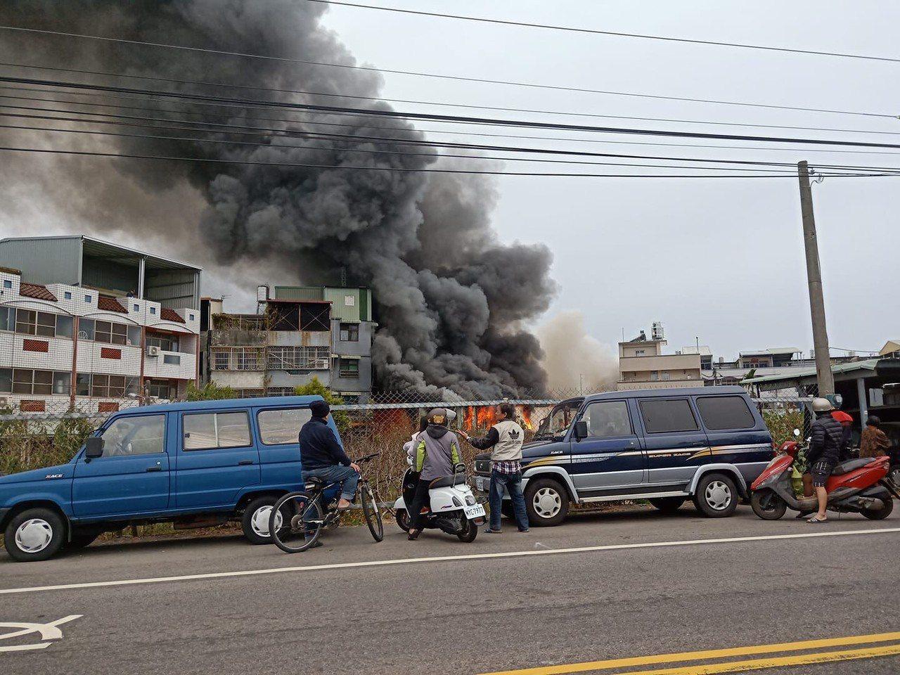 台中市新社區一間毛刷工廠下午全面燃燒,由於工廠鄰近新社郵局,附近居民相當擔心。圖...