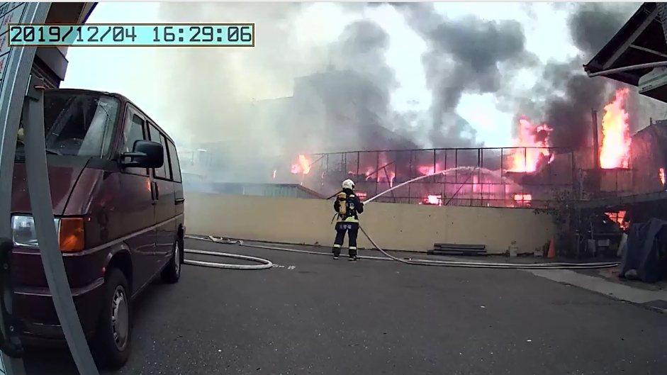 台中市新社區一間毛刷工廠下午全面燃燒,消防員佈水線滅火。圖/台中市消防局提供