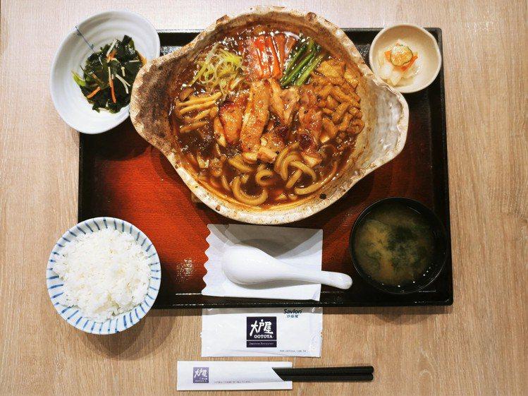 本季大戶屋新推出「炭烤雞排咖哩烏龍麵鍋定食」,每份340元。圖/大戶屋提供