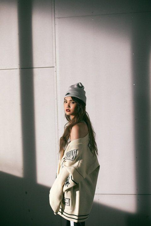 楊丞琳與金曲新人ØZI合作新歌「Love is Love」,由他一手創作、製作和執導MV,她直言是整張專輯的最大挑戰,「錄音跟MV拍攝都完全跳脫我的舒適圈,雖然我是不停變化的人,可是我真的沒有跳到他...