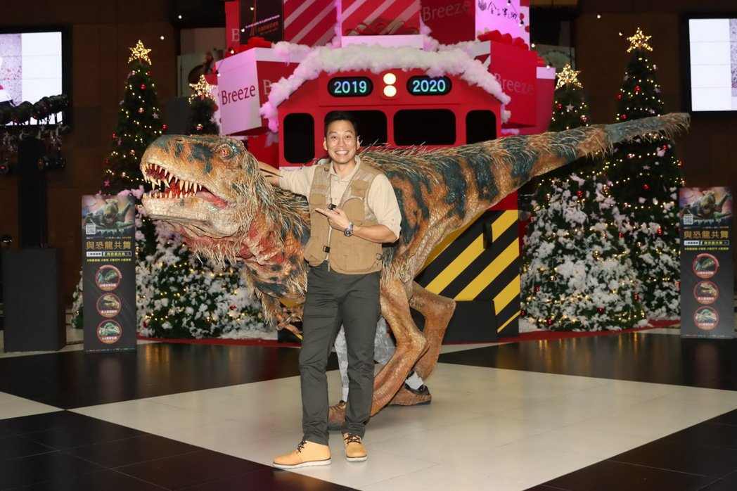 艾力克斯和恐龍站在一起,終於覺得自己變小隻了。圖/ JUSTLIVE 就是現場提