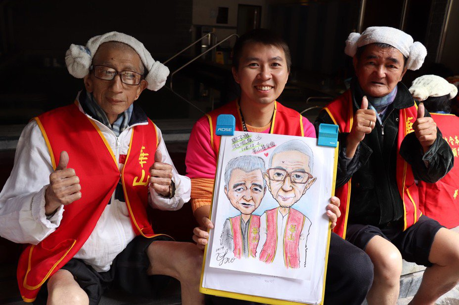 有街頭藝人執照的官田站站長張藝耀(中),現場揮灑畫筆記錄溫馨畫面,期盼讓謝東明留下美好回憶。