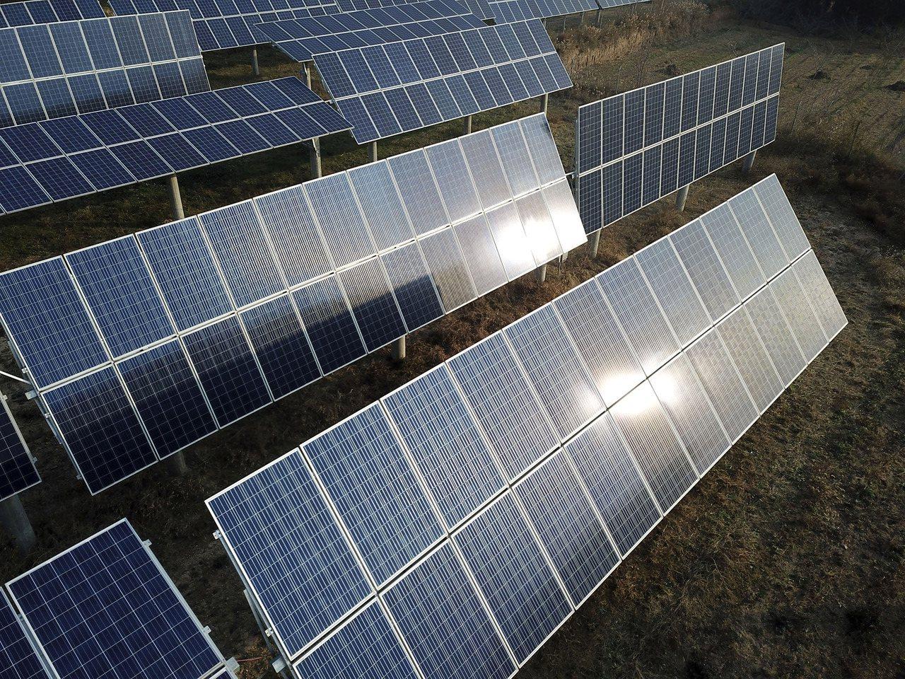拜零件價格下跌所賜,愈來愈多太陽能面板客戶選用兩面都可吸收太陽能來發電的雙面太陽...