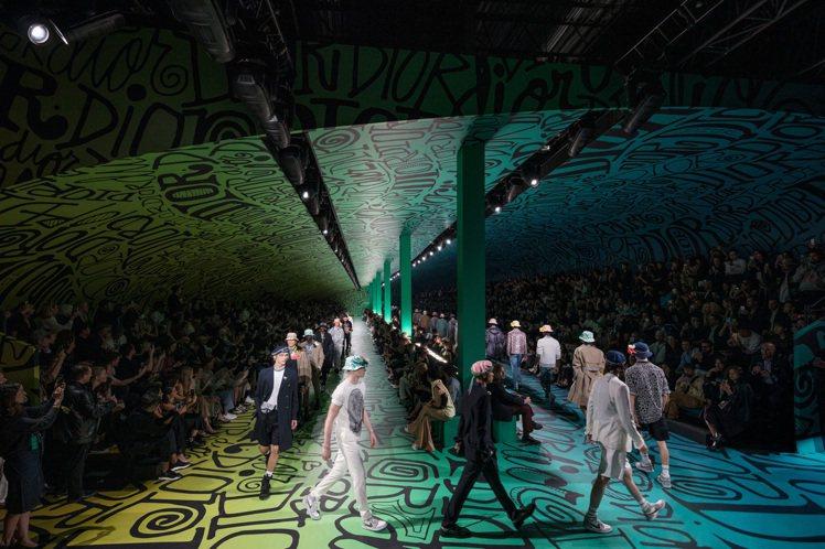 DIOR在邁阿密發表2020早秋男裝,與Shawn Stussy打造的空間相當炫...