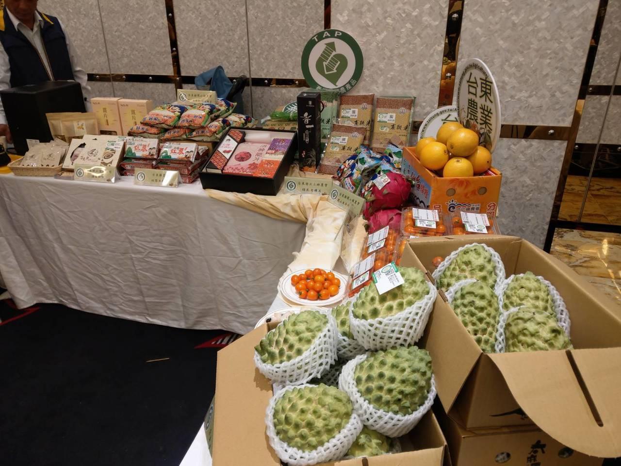 台東縣農會今天到高雄行銷花東特色農遊,展示農特產品。記者謝梅芬/攝影