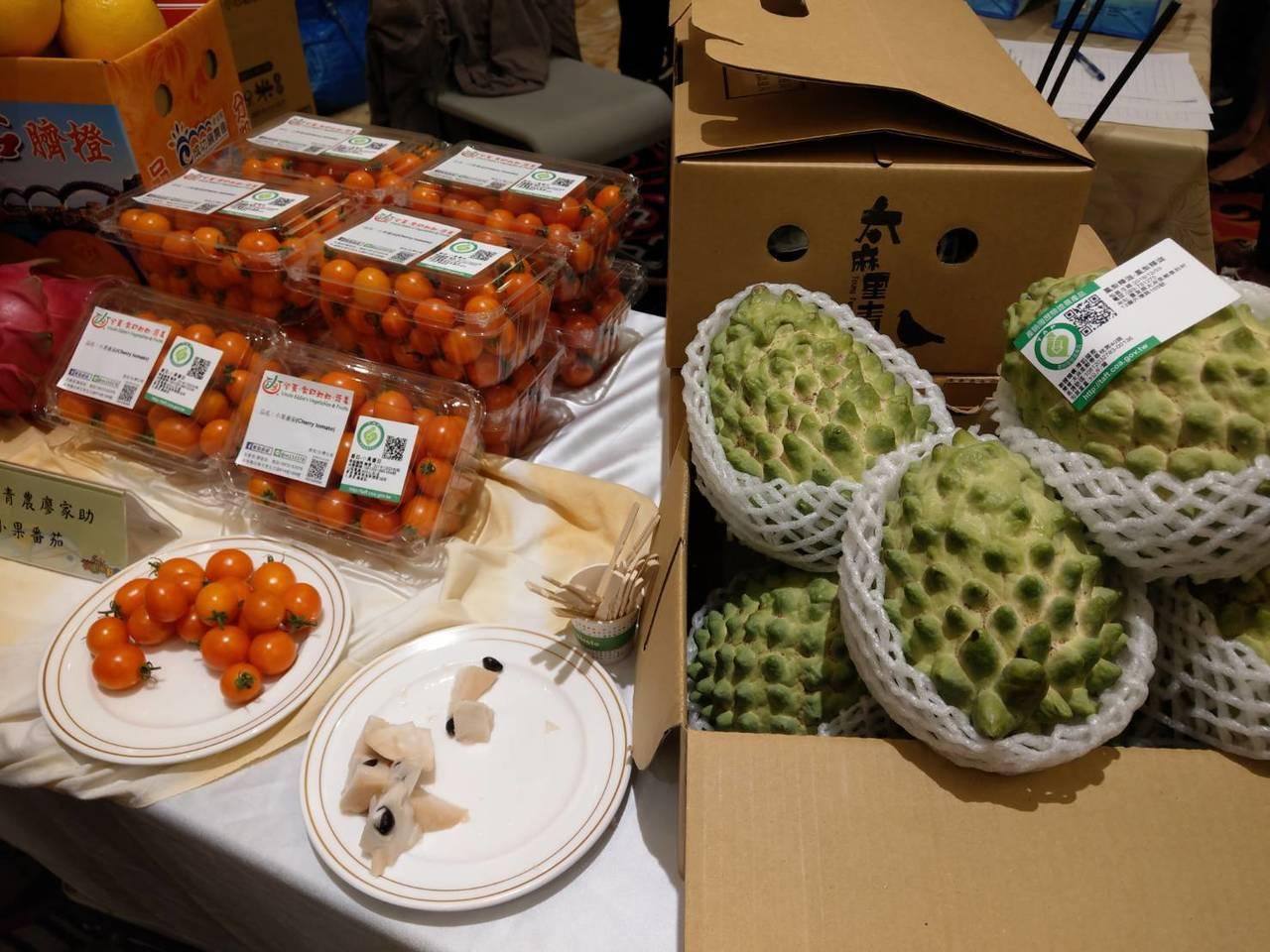 台東縣農會今天首度到高雄行銷台東、花蓮的農特產品。 記者謝梅芬/攝影