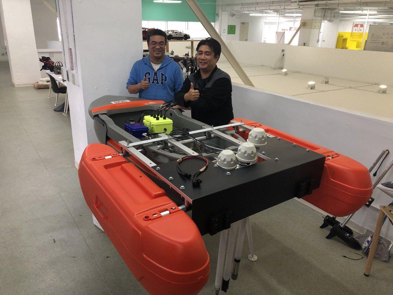 鎮鑫科技創辦人郭鎮銘(左)不當教授也要創業,在桃園市新明青創基地,開啟無人機商業...