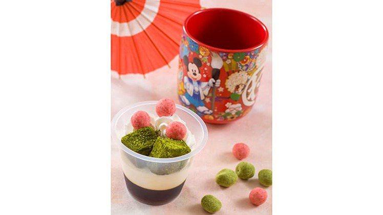 搭配日式紀念茶杯的甜點,乃是新年期間限定餐點。圖/取自東京迪士尼度假區官網