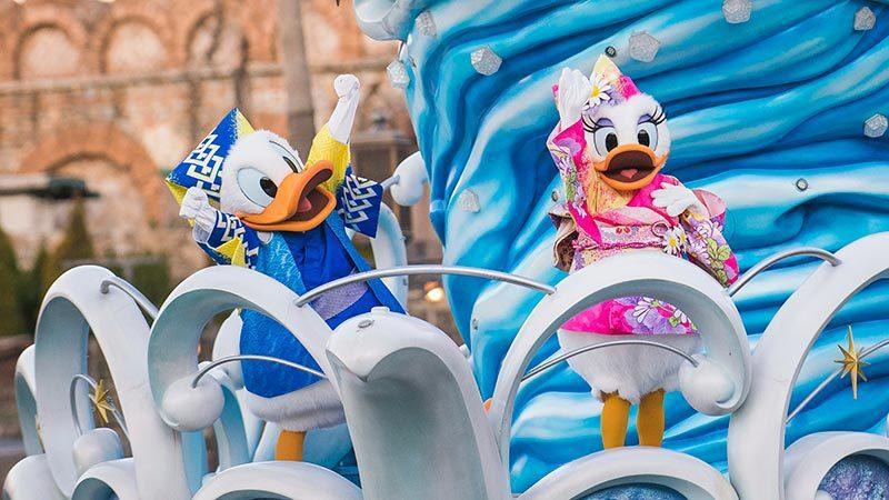 在東京迪士尼海洋,將會有多位明星穿著傳統服飾,搭乘遊行船出來與民眾互動。圖/取自東京迪士尼度假區官網