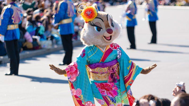 「拜年賀歲」遊行活動中,可以眾明星穿著傳統服飾出來拜年。圖/取自東京迪士尼度假區...