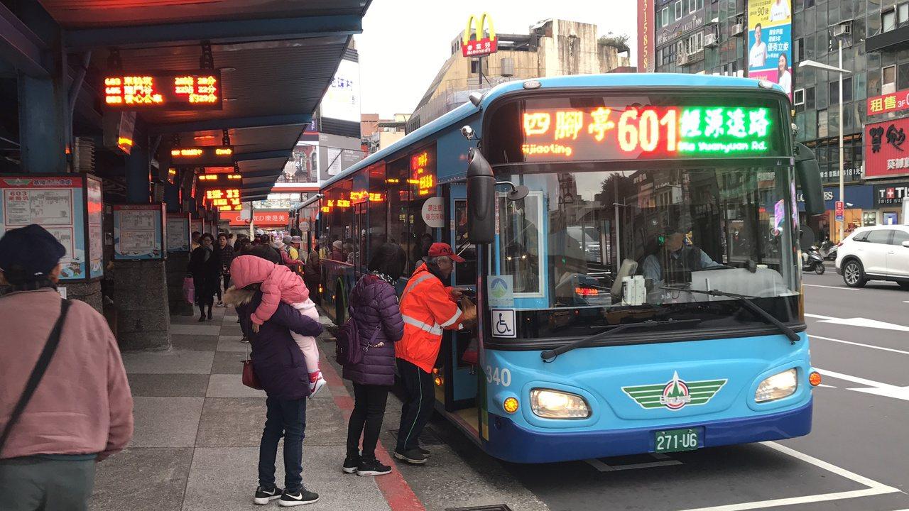 基隆市公車,學生票差加上老人票差,已向銀行借了12億元,好驚人。記者吳淑君/攝影