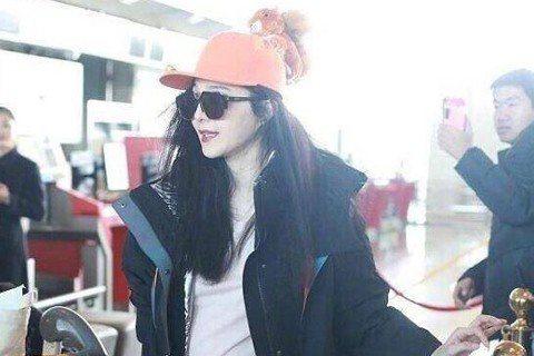 大陸女星范冰冰走過陰陽合同逃稅風波,4日現身北京機場,準備為電影「355」到洛杉磯配音,不過她在機場被拍到大衣下的凸肚超明顯,大到引發討論。范冰冰4日現身北京機場,身穿黑色外套,內搭白上衣、黑色緊身...