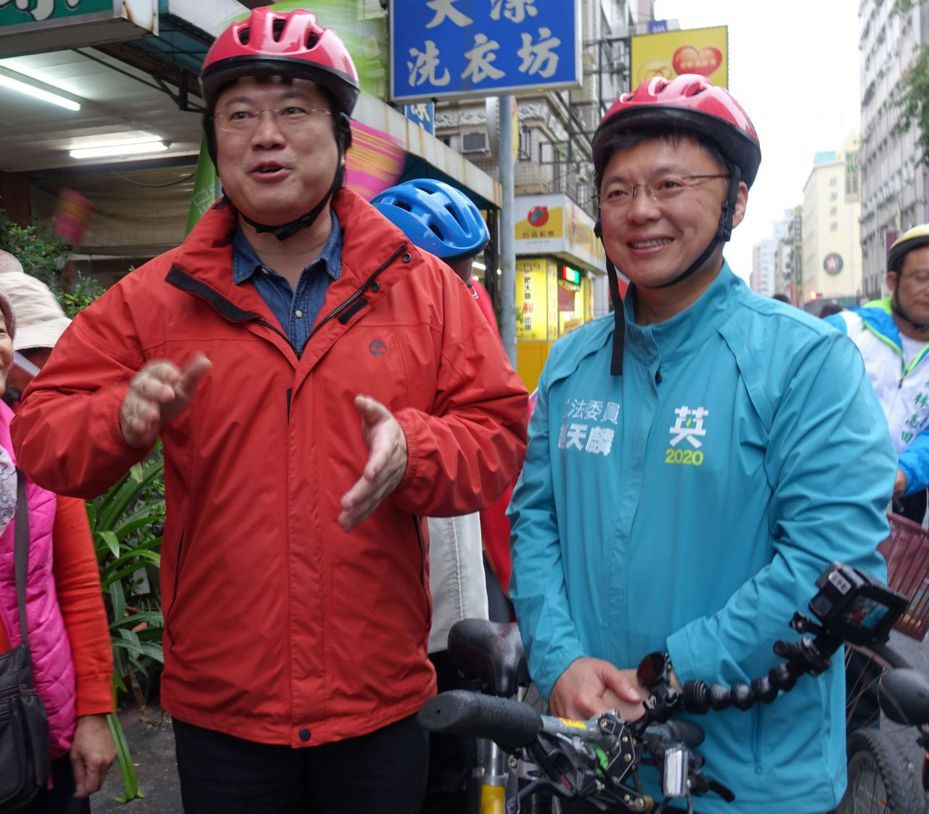 基隆市長林右昌(左)今天到高雄市,為民進黨立委參選人趙天麟助選。記者楊濡嘉/攝影
