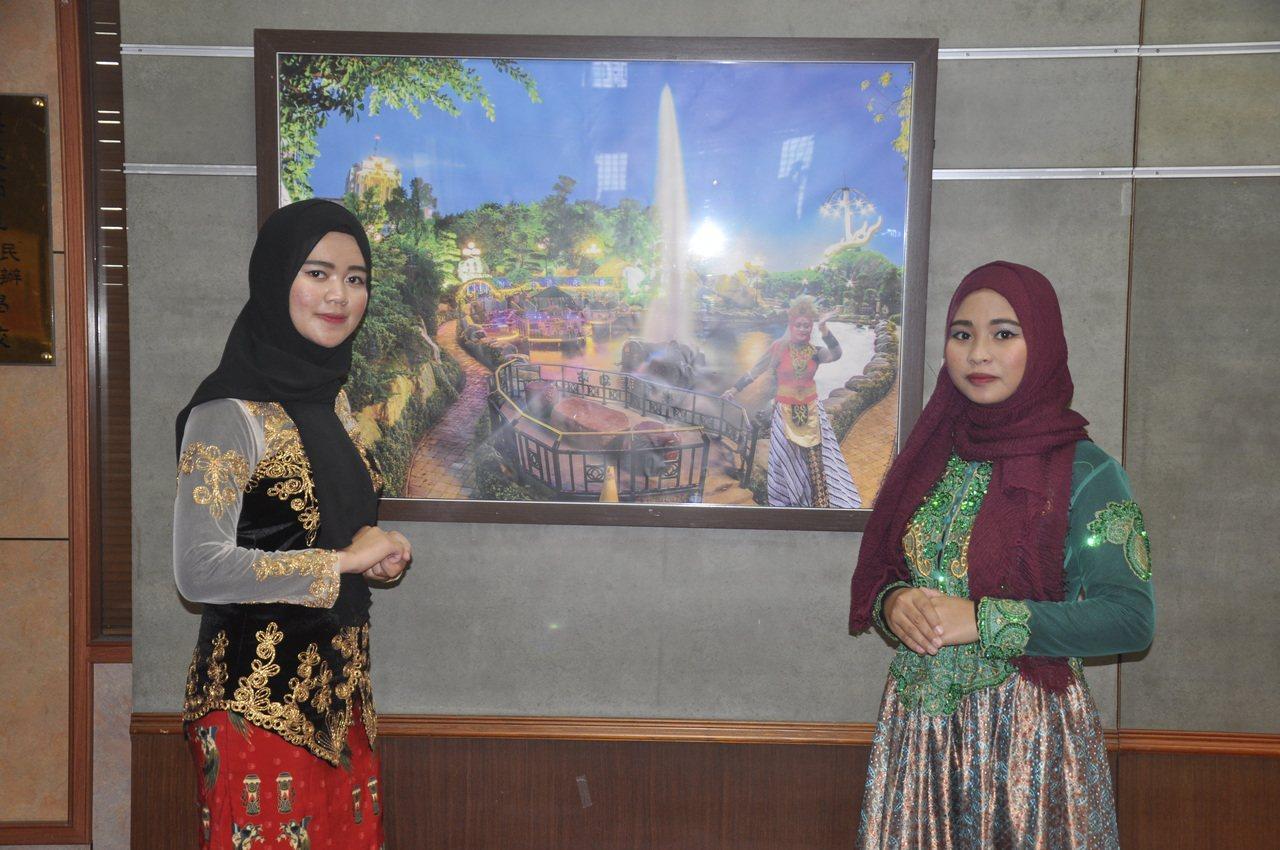 來自印尼爪哇學生蒂拉(左)與來自蘇門答臘的西蒂(右)表示能夠穿著他們國家的種族服...