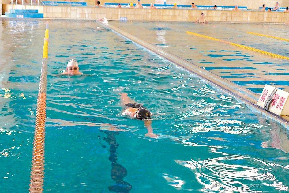 除了努力做復健,還加韻律有氧課與游泳,貼心的有氧老師活力四射,時時提醒膝蓋受過傷...