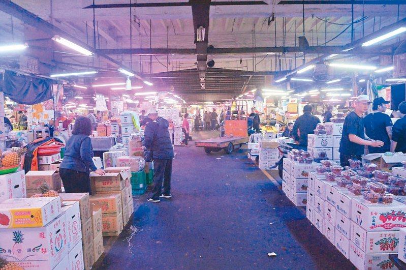 新北市三重果菜市場營業近40年,近年興起遷移、改建的聲音,因3成地主意見未整合,仍無下文。 記者施鴻基/攝影