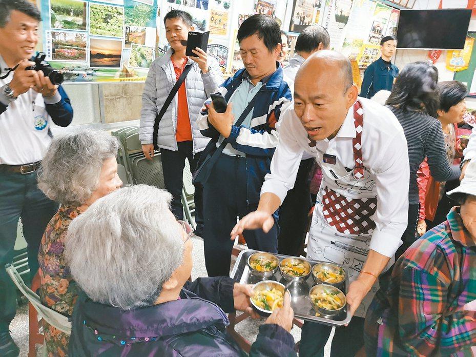 國民黨總統參選人韓國瑜昨天南下嘉義,親自端米苔目給長輩吃。 記者卜敏正/攝影