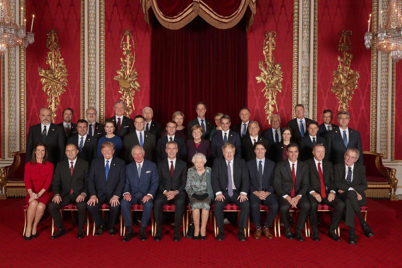 北約七十周年峰會在倫敦舉行,英國女王伊莉莎白二世(前中)與王儲查理三日作東,邀會...