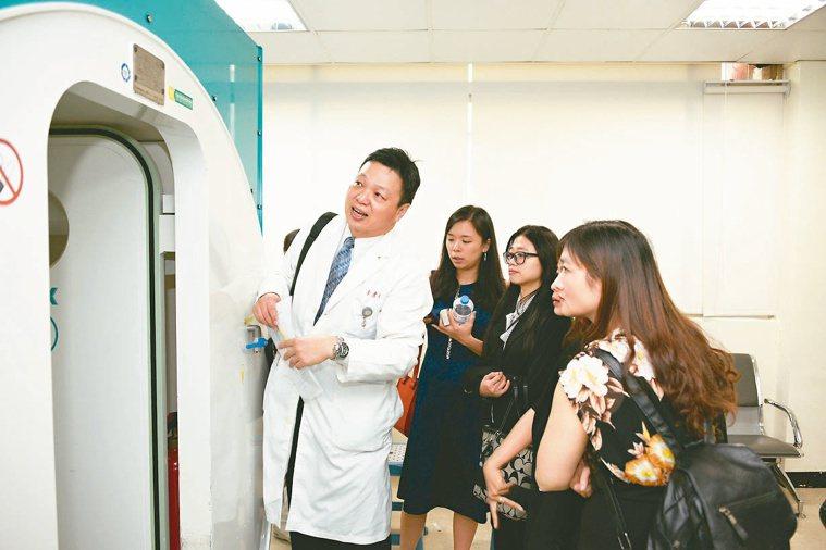 高醫近日布局越南動作頻頻,除展開健檢、醫療轉診及後送服務,也將與台資醫院陸續展開...