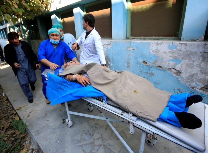 日本醫師中村哲四日在阿富汗賈拉拉巴德中槍後被送往醫院急救,當時仍有意識,之後因傷重不治。(路透)