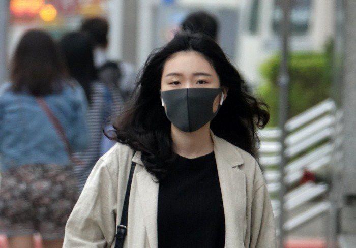疾管署再次提醒,切勿輕忽流感嚴重性,有呼吸道症狀時應配戴口罩。 本報系資料照/記...