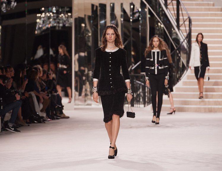 全黑經典套裝最能展現香奈兒優雅精神。圖/香奈兒提供