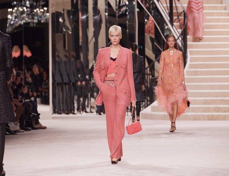 珊瑚橘西裝、短夾克等,為此系列注入甜美溫暖的青春氣息。圖/香奈兒提供