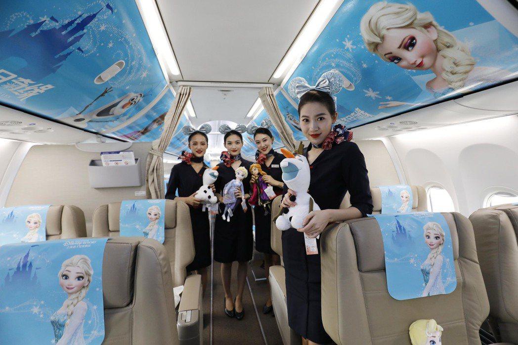 今年11月下旬,大陸東航的迪士尼「冰雪奇緣號」主題彩繪飛機助陣上海迪士尼。圖為空...