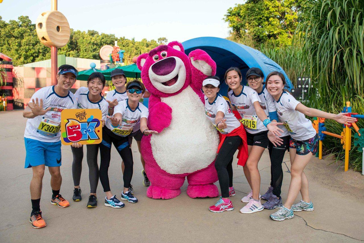 香港迪士尼絞盡腦汁舉辦活動提升人氣,圖為11月初樂園舉辦的慢跑活動。(中通社資料...