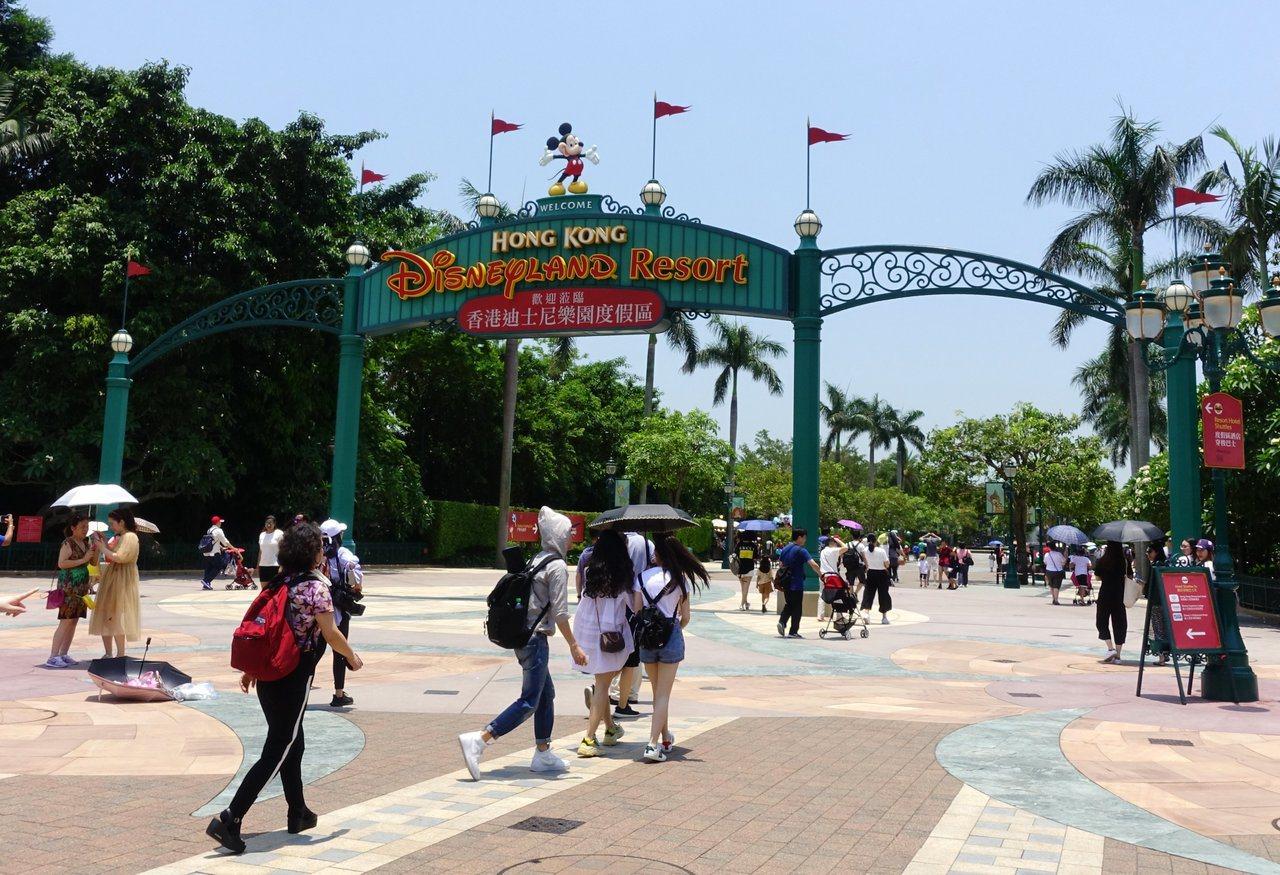 香港近半年來的示威,嚴重影響香港迪士尼營收,樂園裡人潮大不如前。(中通社)