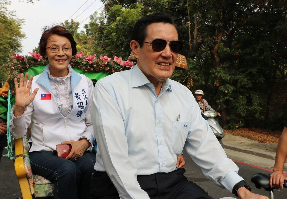 前總統馬英九(右)用三輪車載國民黨立委參選人黃昭順(左)時,唱起兒歌「三輪車」。...