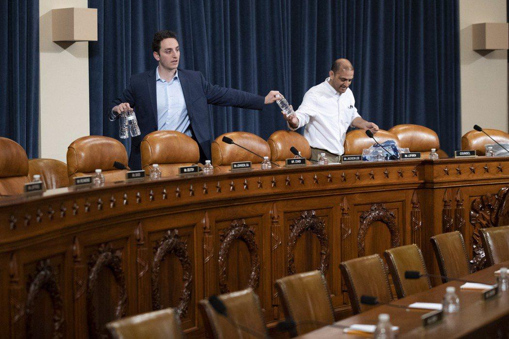 眾院司法委員會助理人員4日為川普總統彈劾調查聽證會進行準備。 (美聯社)