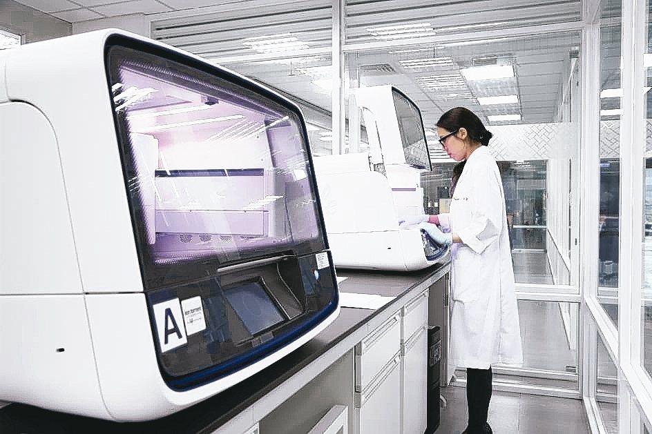 透過次世代基因定序(NGS)技術,只需兩周時間即可提供晚期癌友治療所需用藥選擇。...