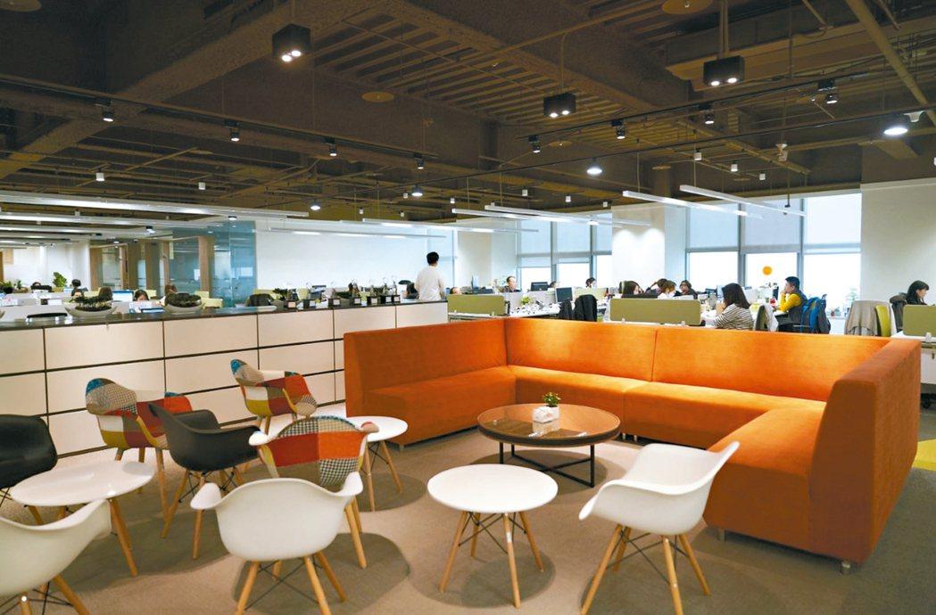 緯軟新總部展現在辦公區中去中心化、共享、流動、Co-Work、激盪腦力和充滿各種...