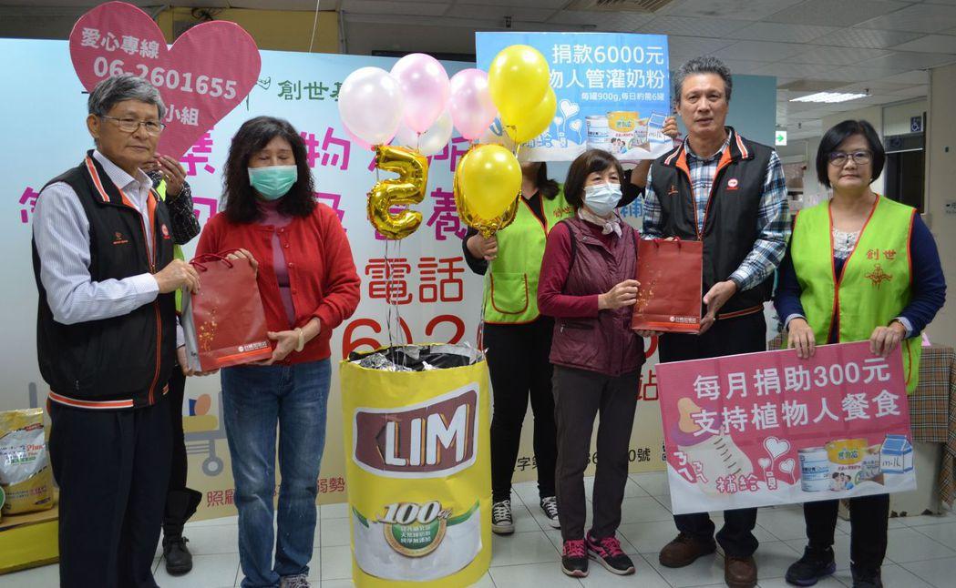 徐繼聖執行長(左一)關懷植物人家屬,提供台糖生技的保健食品。  陳慧明 攝影