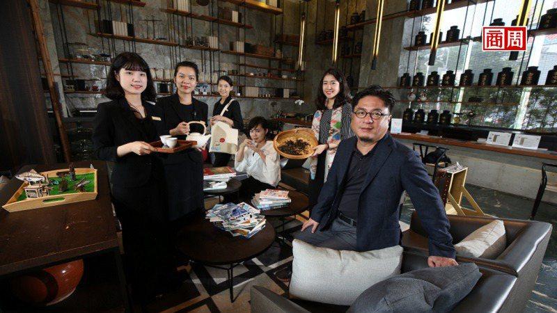 承億文旅董事長戴俊郎(右1)將飯店結合在地文化,像嘉義有高山茶都之稱,在地旅店便...