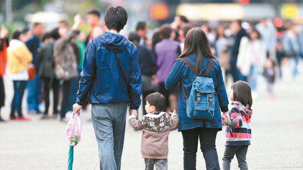 台北市幼兒學費補助給設籍北市,就讀北市私幼家庭。有立委表示,不少市民在新北基隆工...
