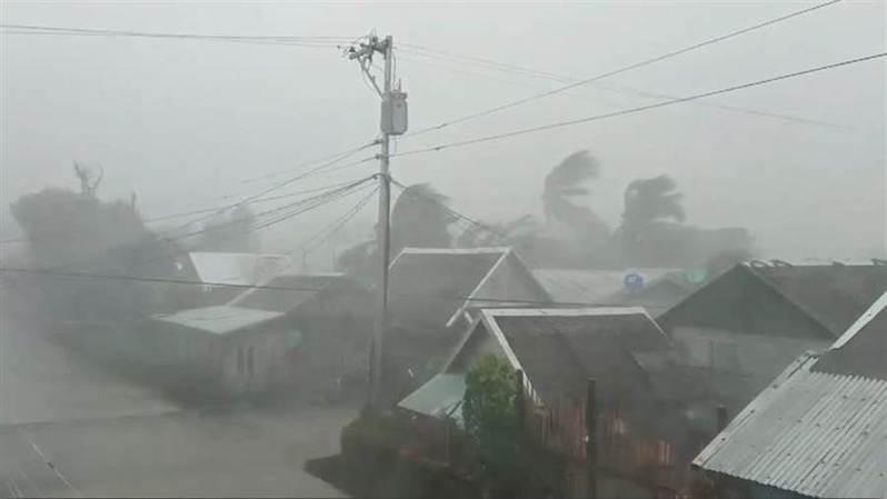 自從北冕颱風3日席捲菲律賓北部以來,死亡人數已增至13人。 路透
