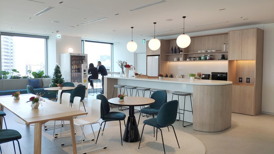 北富銀總行13樓規劃了寬廣明亮的休憩區並配備完善廚膳設施,員工可以自由休憩、用餐...