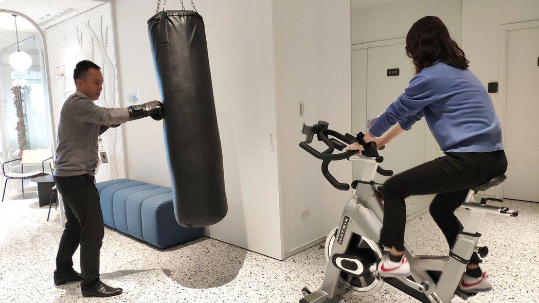 總行13樓也特別設置拳擊沙包及運動飛輪車等運動器材,讓同仁工作閒暇時可以紓壓鍛鍊...