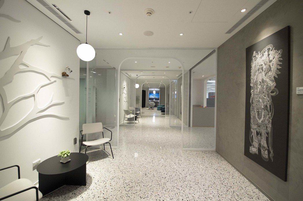 總行13樓也展示多幅富邦身心障礙才藝獎得獎藝術作品,希望帶給員工更多藝術人文的陶...