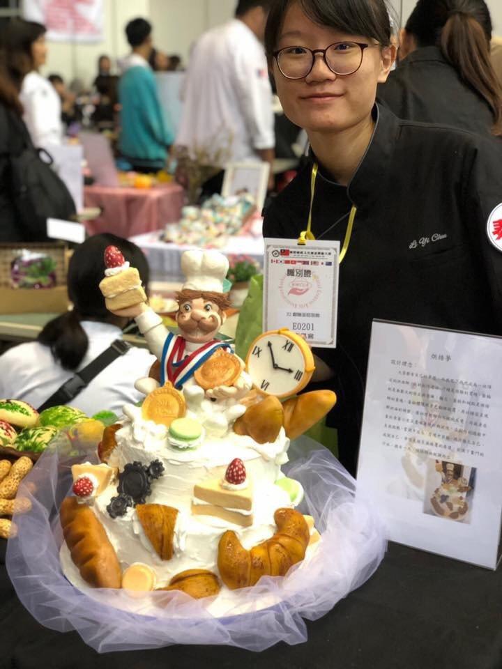 嘉藥餐旅系李易宸以「烘焙夢」作品勇奪翻糖蛋糕裝飾類組金牌。 嘉藥/提供
