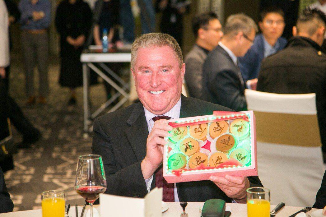 美國肉類出口協會駐華辦事處總裁Mr.Dan Halstrom與創意美牛車輪餅合影...