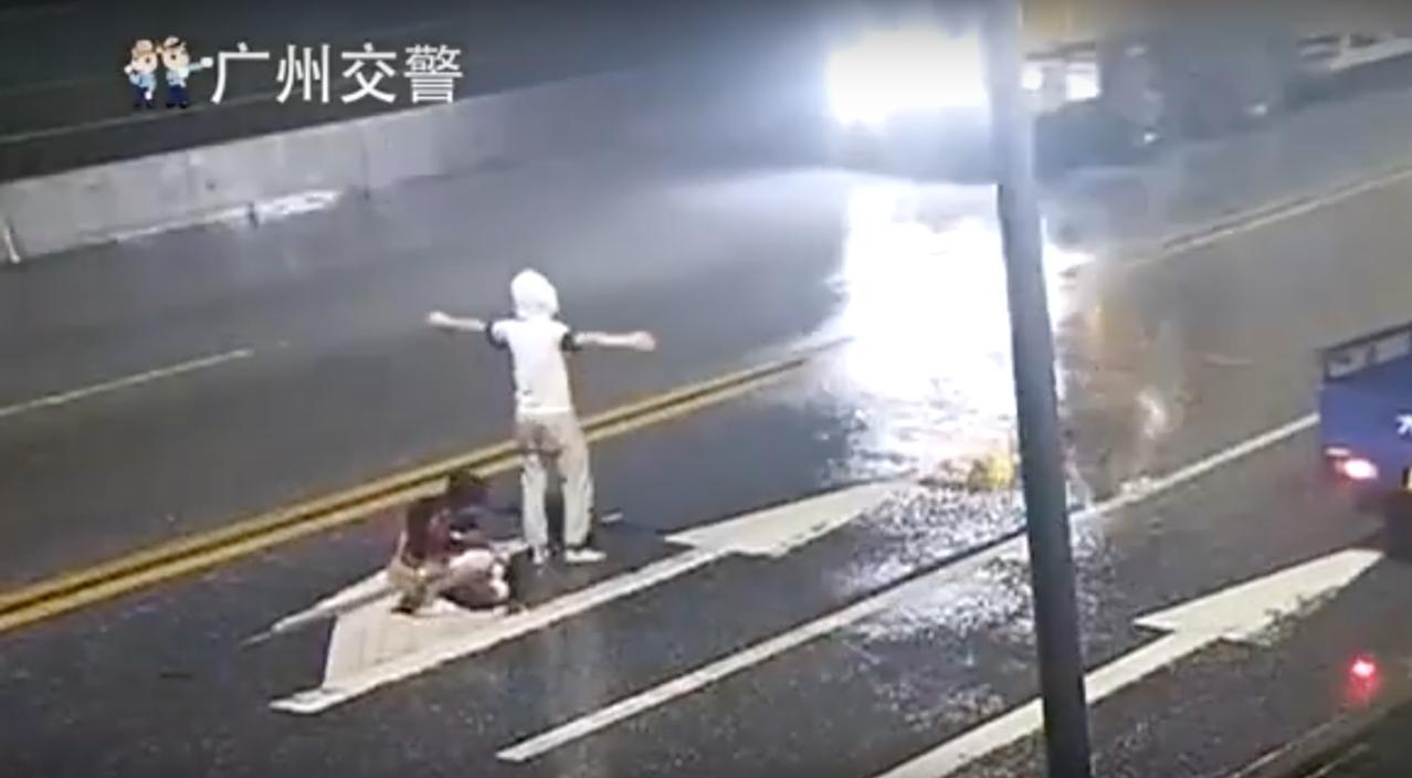男友阿峰用手肘攻擊女友,導致她重心不穩倒地,隨後遭轎車撞飛身亡。圖擷自Youtu...
