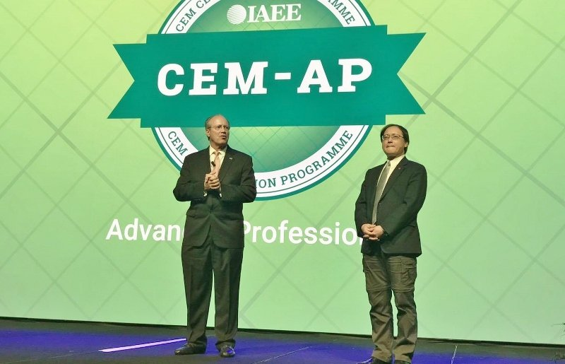 IAEE國際展覽暨活動協會主席David Dubois(左)與貿協副秘書長熙蒙(...