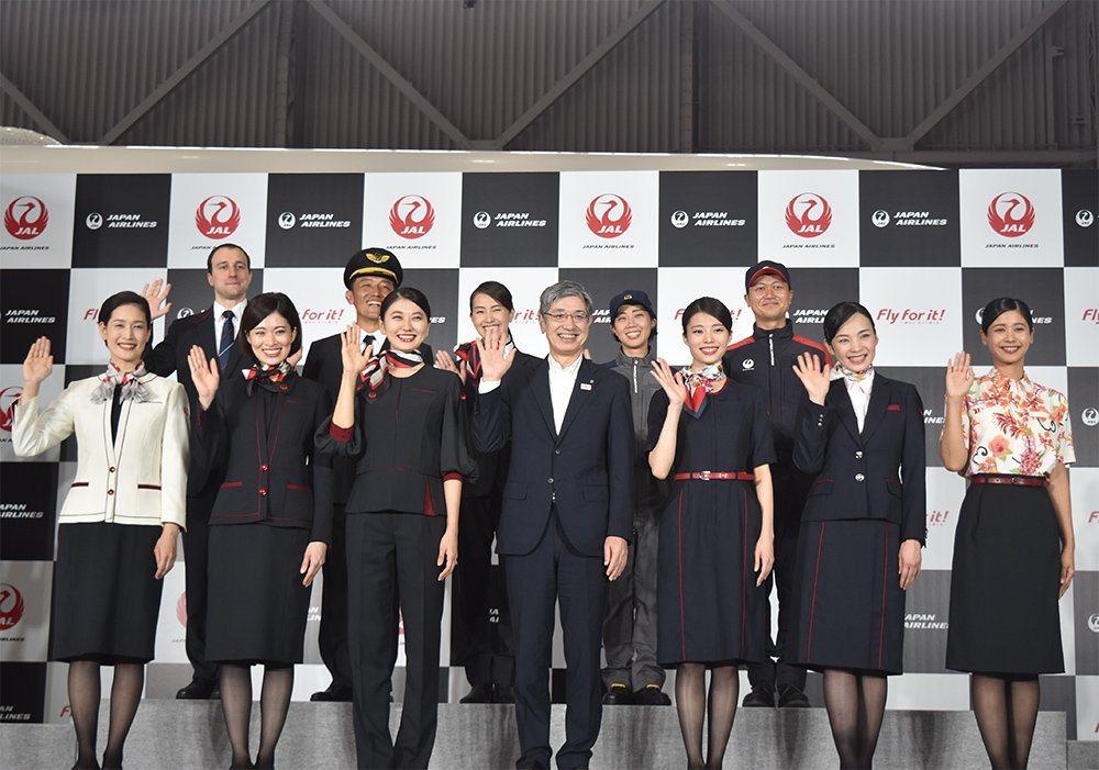 日本航空將於明年4月採用新制服,加入褲裝的設計,降低女性職員走光、被偷拍、性騷擾...