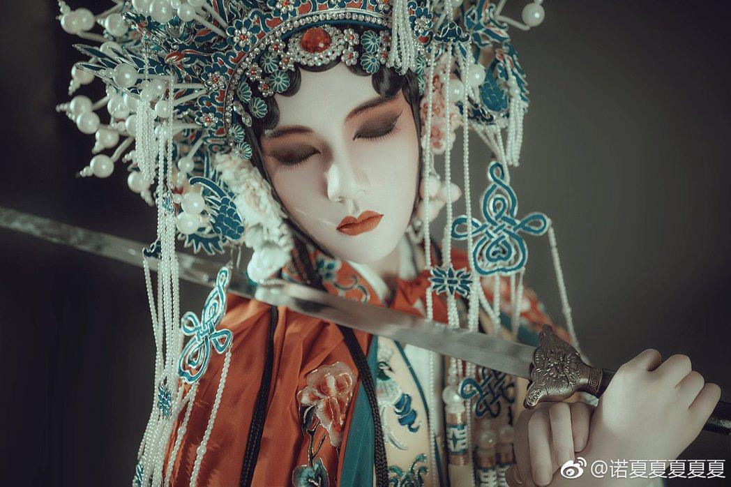 扮起虞姬來風韻十足,照片簡直美如畫/圖片截自諾夏微博