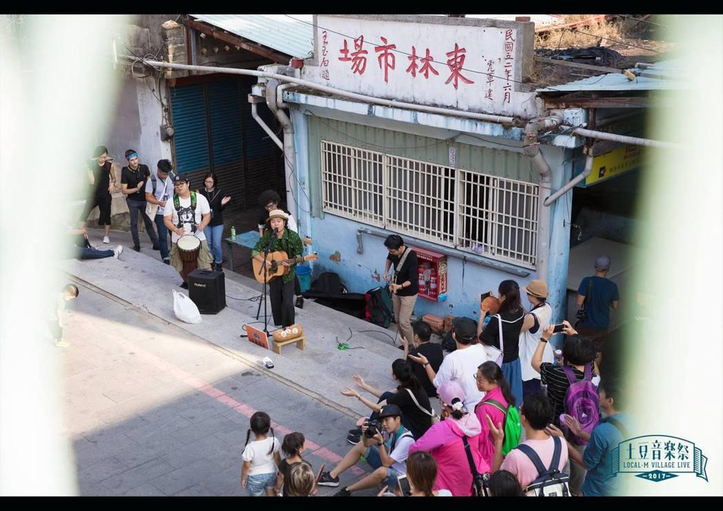 土豆音樂祭進入各社區演出,並由耆老替聽眾導覽聚落。 圖/敬土豆文化工作室提供