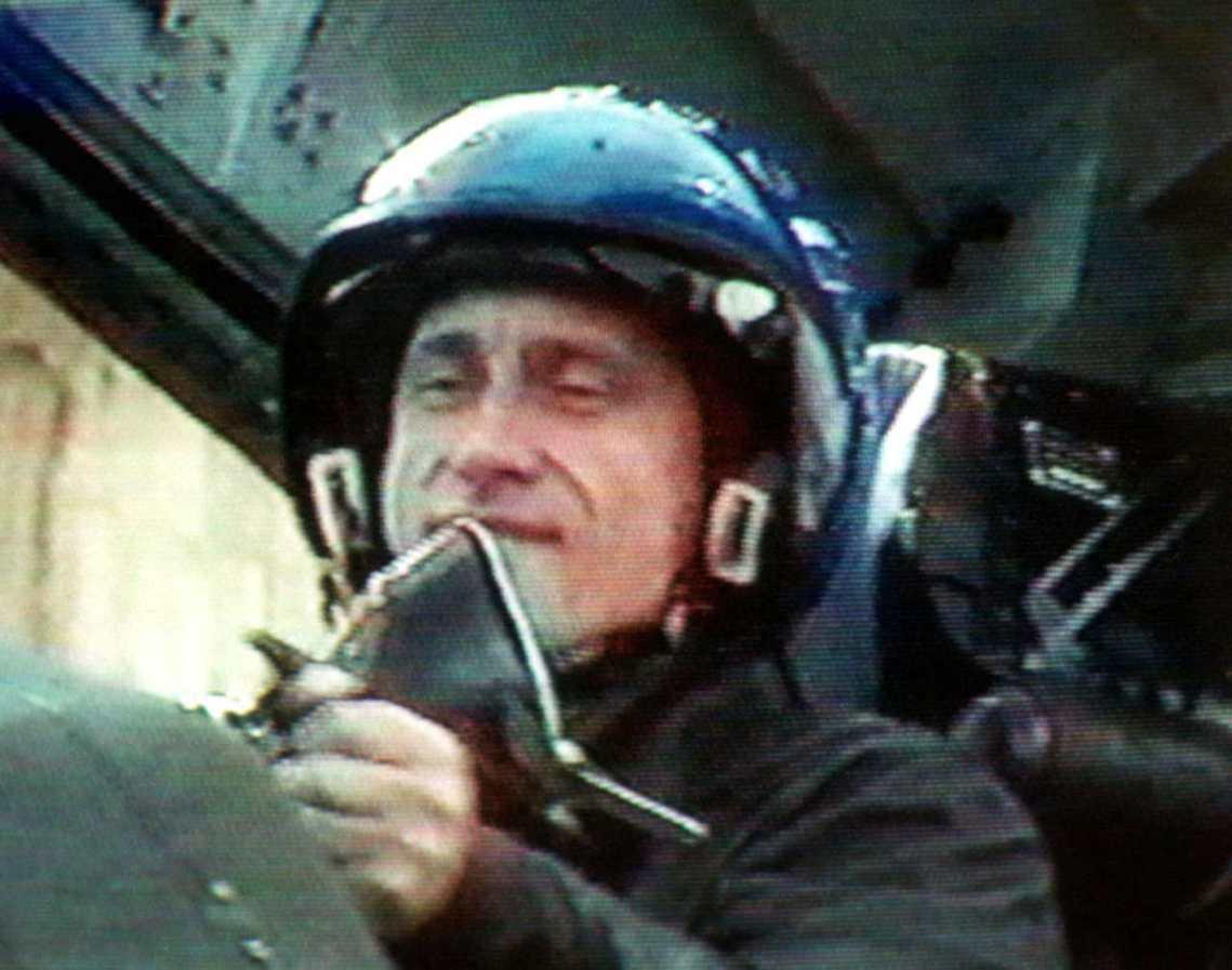 圖為搭戰鬥機到前線視察第二次車臣戰爭的普丁。德國國安情報管道證實了槍手的真實身份...